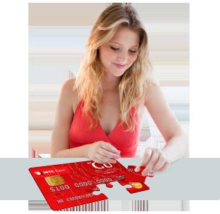 Девушка собирает карту МТС банка
